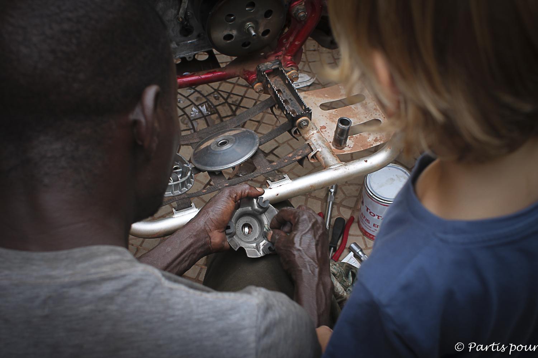 Leçon de mécanique à Bamako, Mali. Billet de Bamako #3