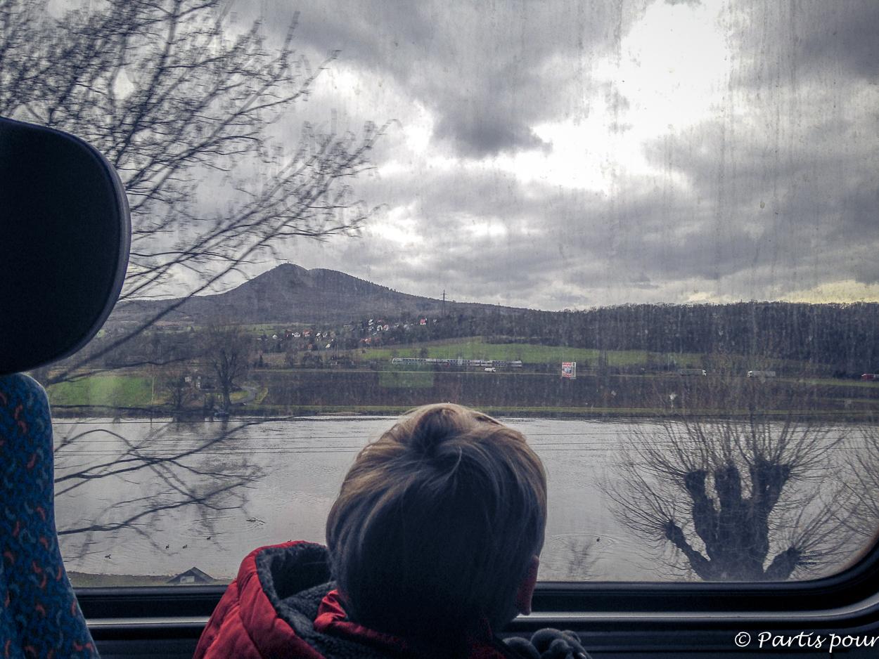 Prendre le train qui longe l'Elbe vers Usti Nad Labem, République tchèque