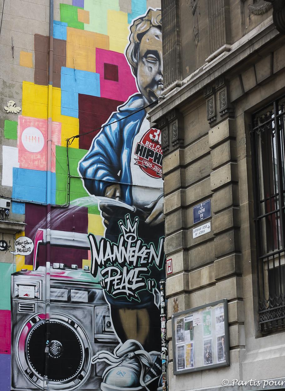 """Une """"Manneken peace"""" géant dans la rue du Chêne... Nos bonnes adresses à Bruxelles, le centre"""