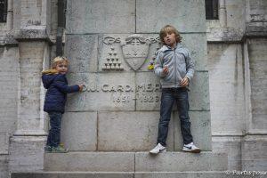 Jouer devant la cathédrale Saints-Michel-et-Gudule