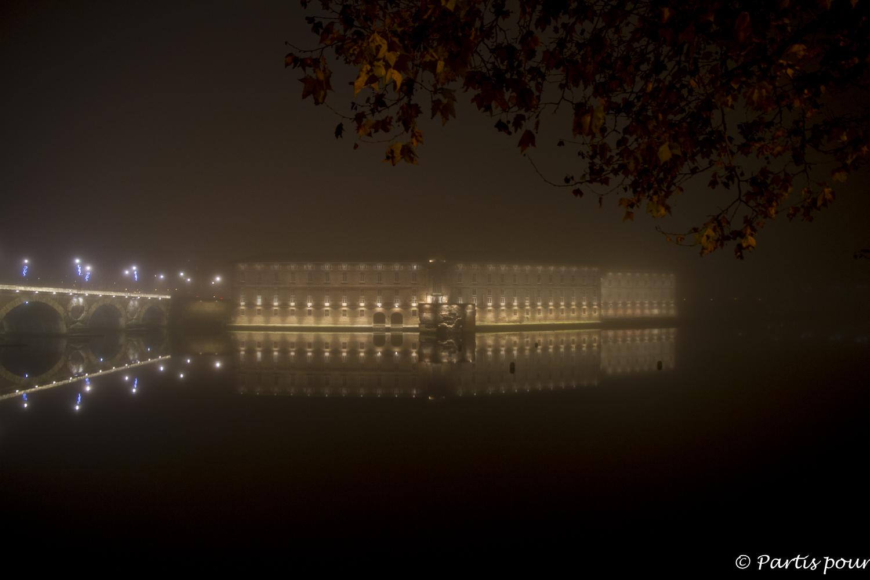 À la nuit tombée le long de la Garonne, Toulouse, France. Bilan vie nomade