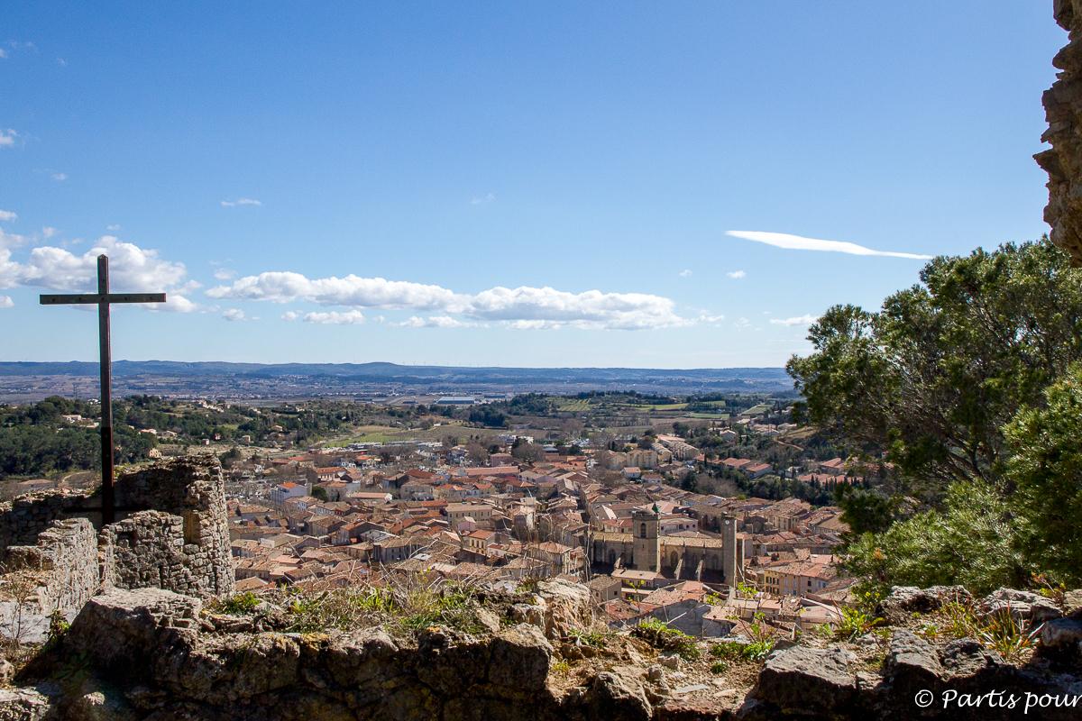 Vue sur Clermont-l'Hérault depuis le Château des Guilhem. Randonnées dans le Clermontais