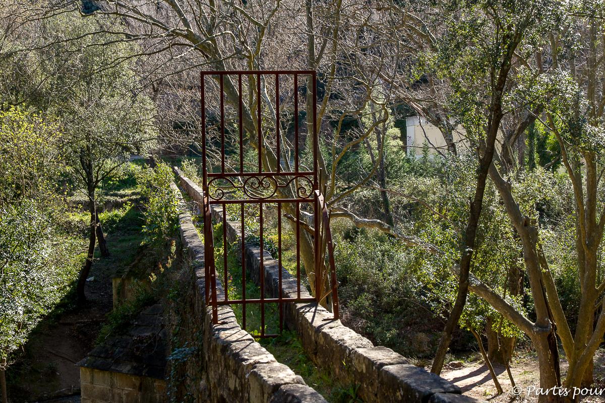 Le pont de l'amour sur le sentier autour de Villeneuvette. Randonnées dans le Clermontais