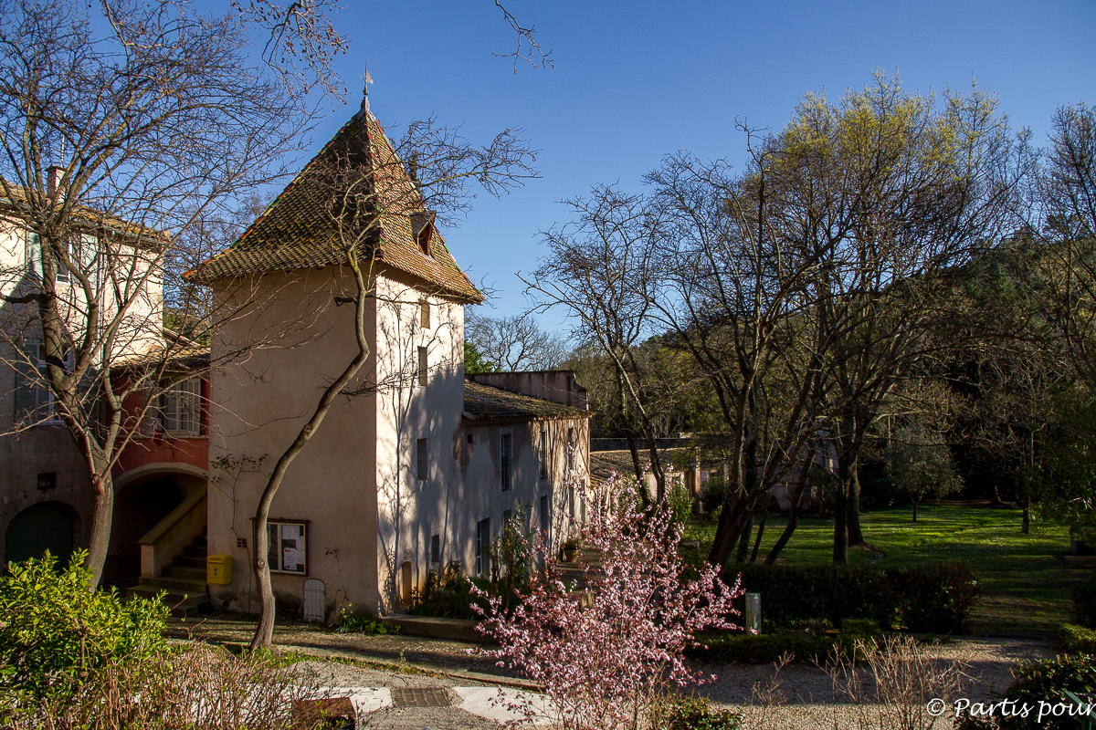 Dans le village de Villeneuvette et la Manufacture royale. Randonnées dans le Clermontais