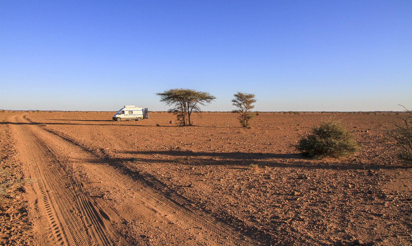 Dormir sur le bord d'une piste, au milieu du désert, à quelques kilomètres de Mhamid au Maroc.