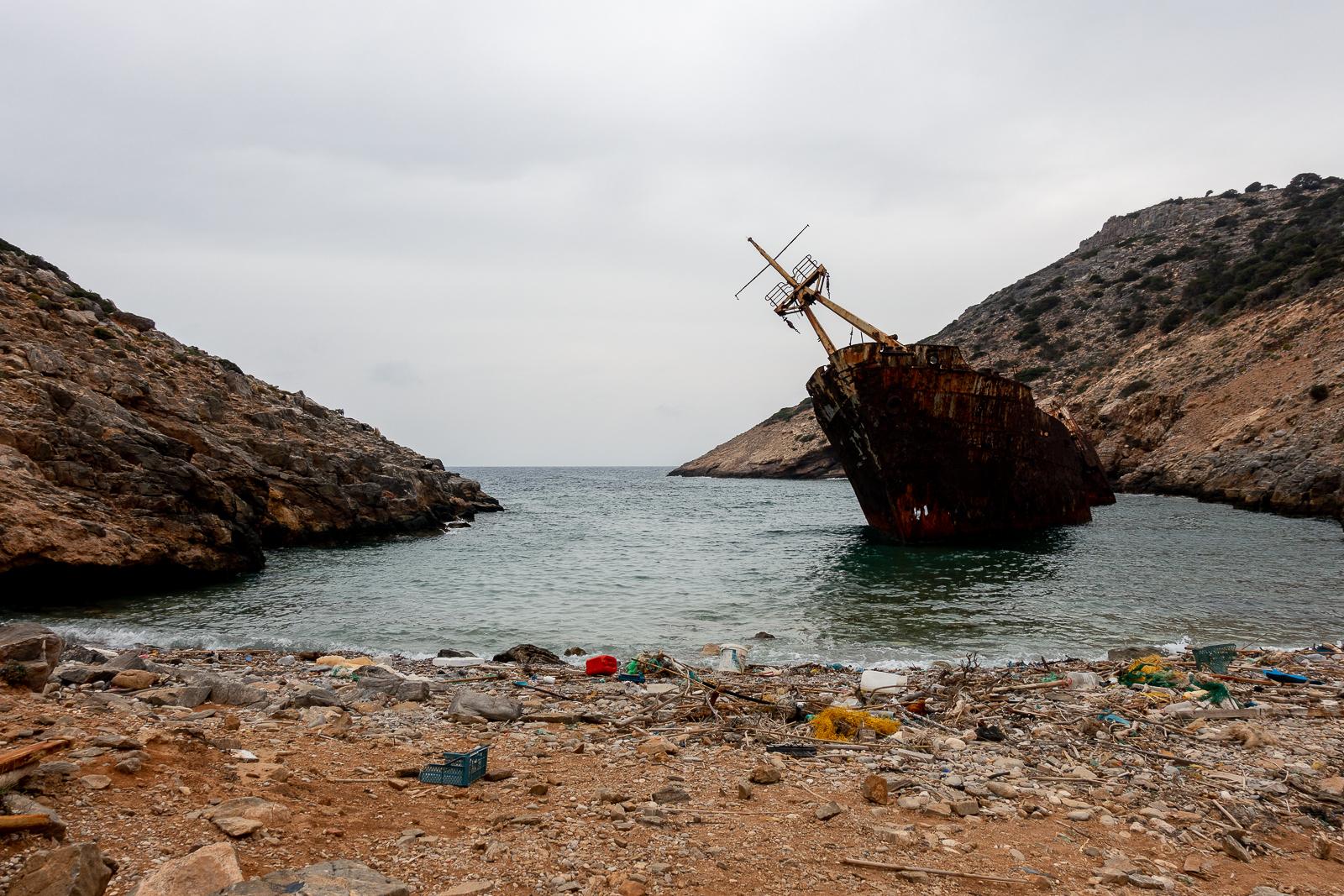 Itinéraire d'un voyage dans les Cyclades : Déchets autour de l'Olympia à Amorgos. Partis pour la Grèce