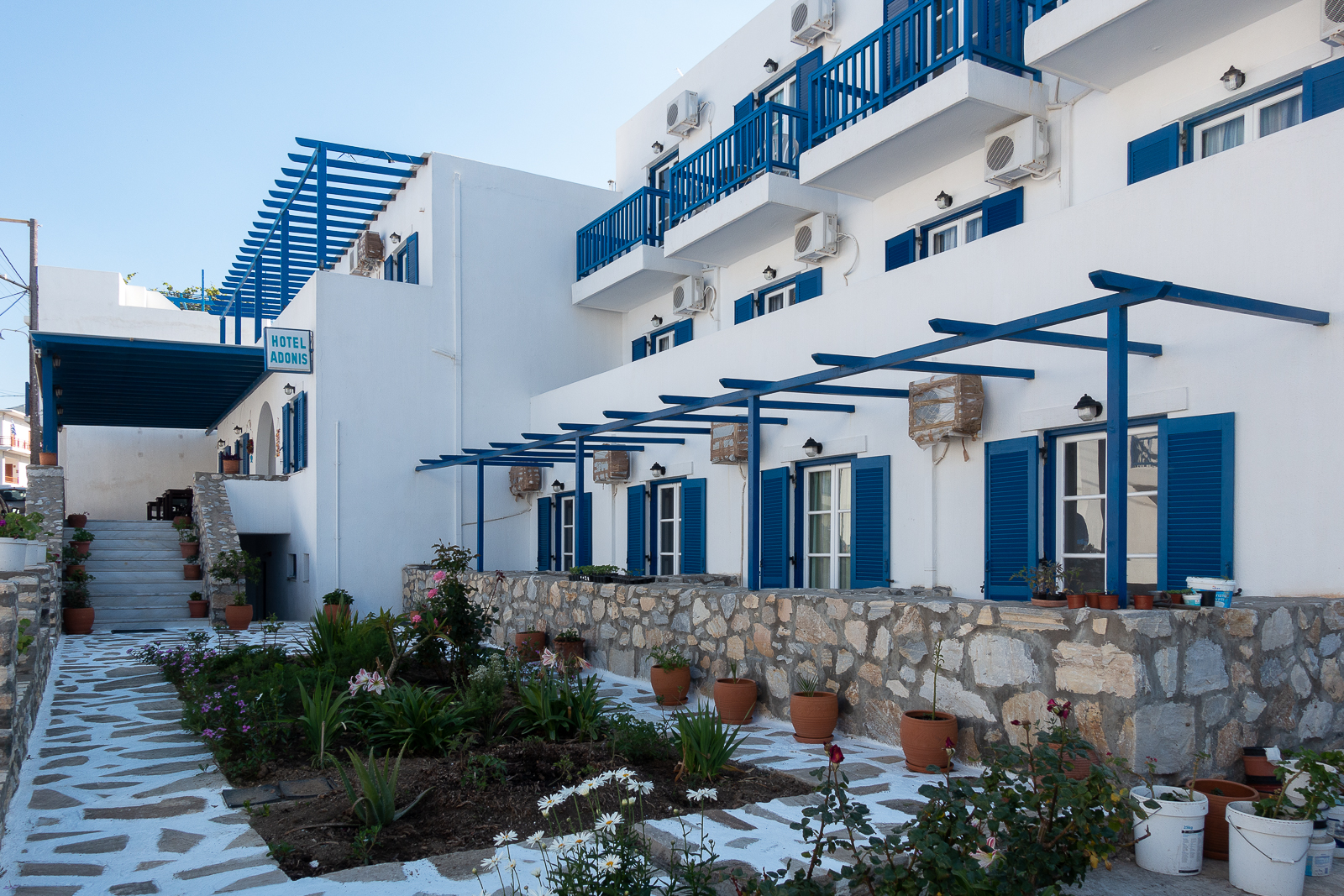 Itinéraire dans les Cyclades : Hotel Adonis à Apollonas sur l'île de Naxos. Partis pour la Grèce
