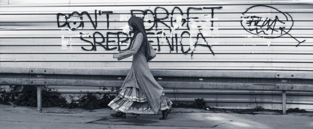 Vers Sarajevo. Une errance ferroviaire de Joël Schuermans. Collection Errances. Editions Partis Pour - Dans les rues de Sarajevo, Bosnie-et-Herzégovine